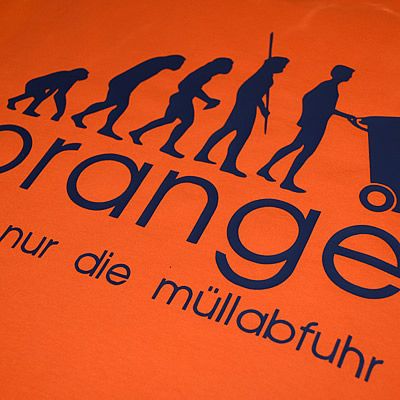 orange traeegt nur die mueellabfuhr evolution T-Shirt